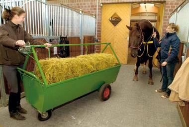 Pferdezubehör: Futterwagen in vielen Ausführungen